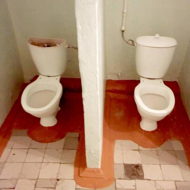 20161208. Унитазы в детском туалете павлодарской средней школы-гимназии №9.