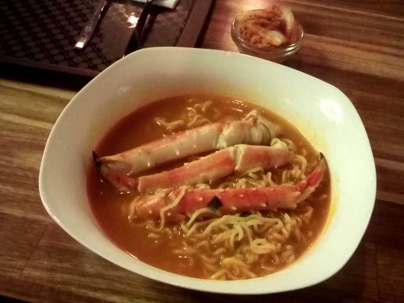 """20191017. Владивосток. Мой ужин в корейском ресторанчике: острая лапша """"рамен"""" с крабом."""