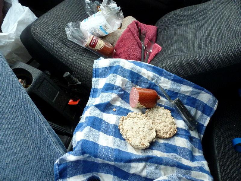 20170926. Мой завтрак из колбасы, зерновых слайсов и сока - прямо в машине.