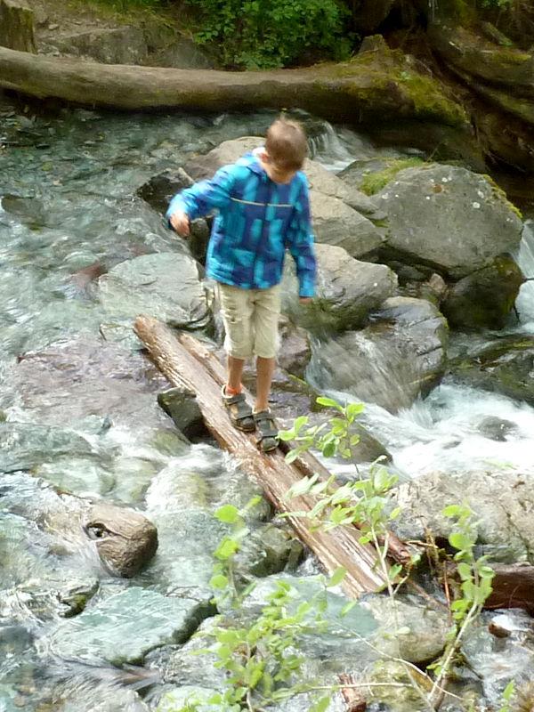 20180807. Переход через речушку Верхняя Карасу, в полусотне метров ниже водопада.