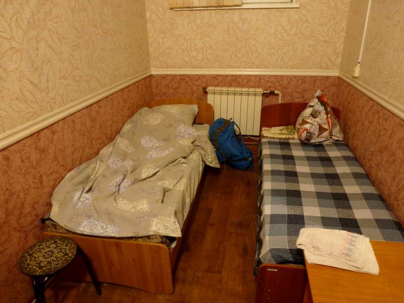 20191012. Комнатушка со скрипучими кроватями в придорожной гостинице под Циолковским.