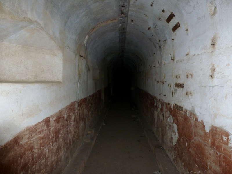 20191015. Владивосток. В сквозном коридоре бетонного бункера батареи.