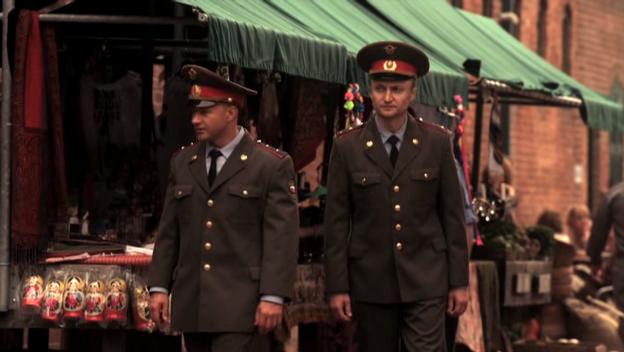 Патрули из офицеров приглядывают, как бы от лотков с матрёшками не произошло бунта и свержения