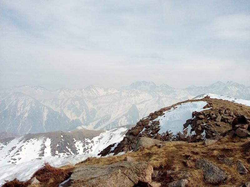 20160310. Алматы. На пике горы Фурмановка (в десяти метрах, в правой части кадра; высота 3050 метров от уровня моря).