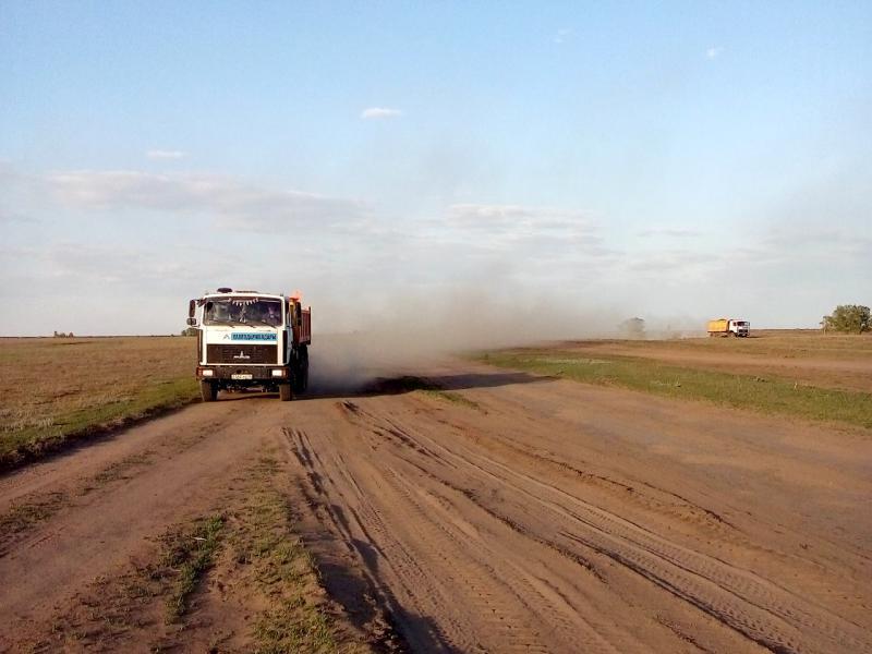 20160518. Пролегающая рядом грейдерная дорога разбита настолько, что даже грузовики стремятся с неё съехать и накатывают сеть грунтовок рядом.