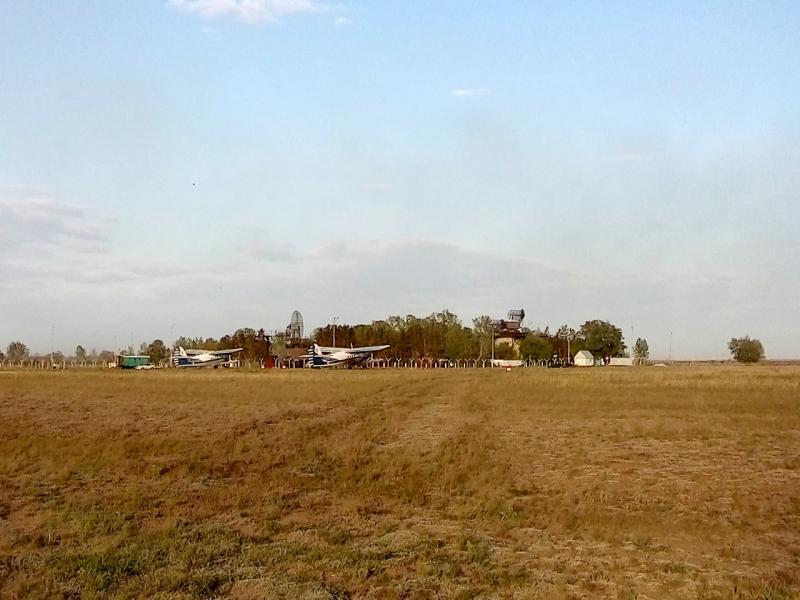20160518. Обнаруженный в паре километров на северо-востоке от основного аэродром малой авиации.