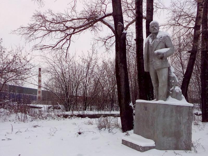 20171115. Анжеро-Судженск. Припрятанный в тупичке Горняцкой улицы памятник Ленину.