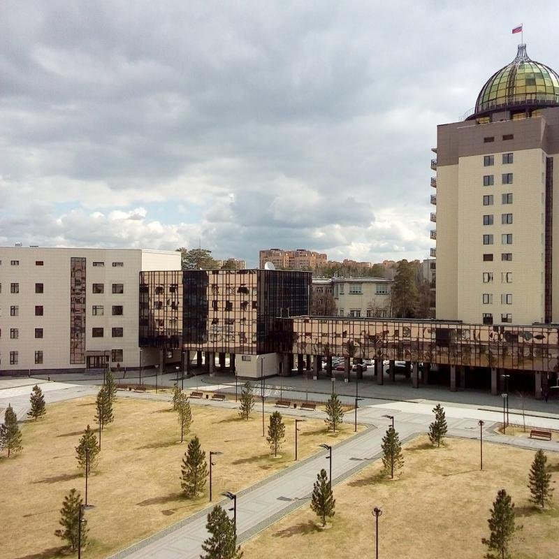 А из нашего окна площадь НГУ-шная видна.