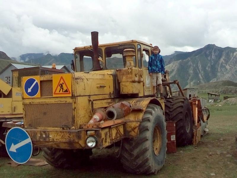 20180814. Как же мальчику, да не залезть на такой здоровенный трактор!