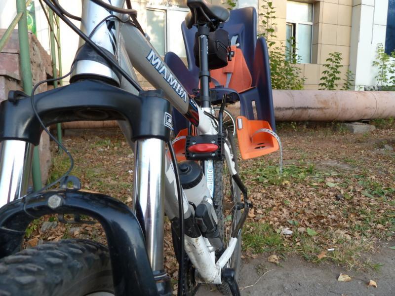 """20101013. """"Author Baby Seat ABS Walaroo"""". Вид спереди на велосипед с установленным креслом."""