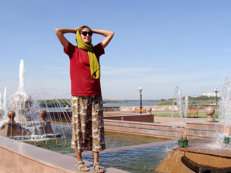 20160911. Путешественница Пищулина Ольга на павлодарских фонтанах у реки Иртыш.