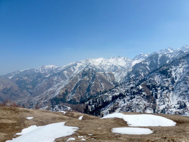 20160313. Вид на горы хребта Кумбель с тропы Кок-Жайляу; сразу за склоном ущелье речки Батарейка.