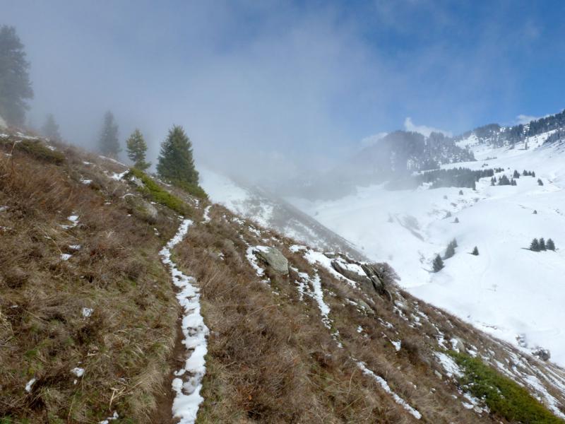 20160320. На тропе по северному хребту Кок-Жайляу, в периодически наплывающем тумане.