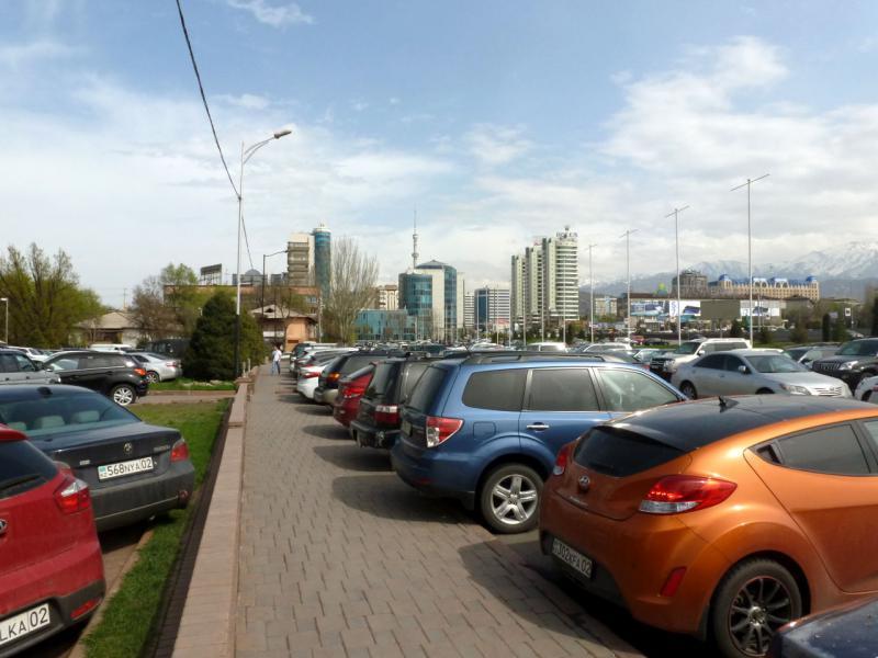20160330. Алмата. У пересечения Аль-Фараби и Фурманова. На тропе между стадами заполонивших город автомобилей.