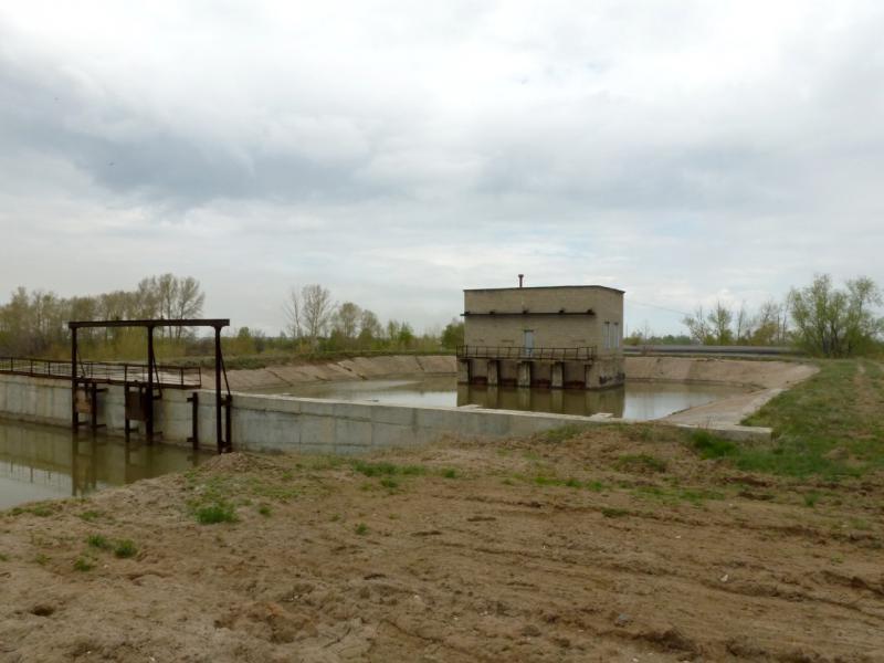 """20160423. Непонятное бетонное корыто с водой, заводимой по рву от канала """"Иртыш - Караганда"""", со строением посередине."""