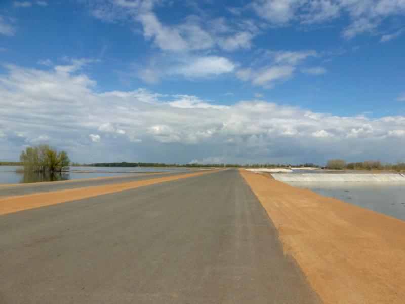 20160423. Участок строящейся автодороги к новому мосту через реку Иртыш; слева и справа посёлки Карабай и Аксу.