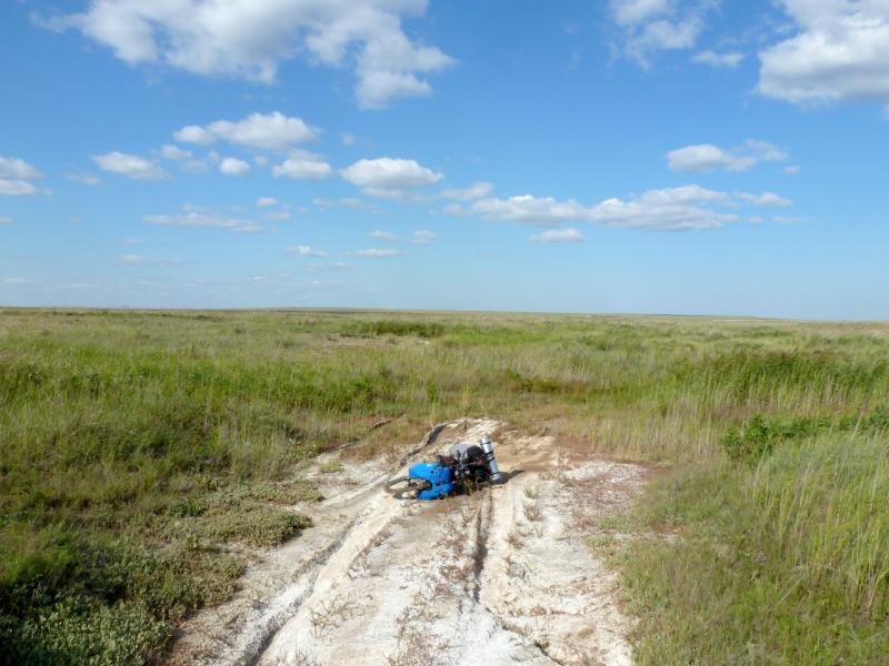 20160805. Мой велосипед на типичной дороге в солончаках казахстанских низменностей.