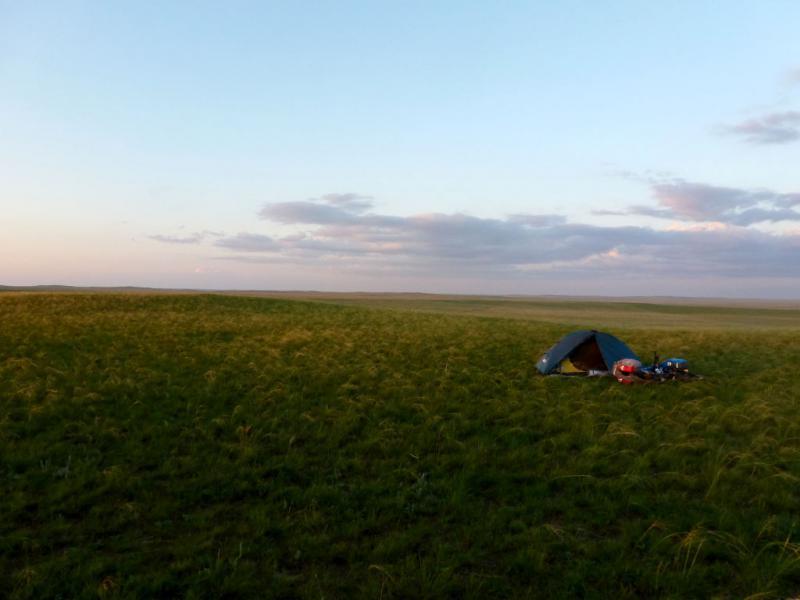 20160805. Вид на место ночной стоянки неподалеку от сопки Балакескен и солёного озера Кызылколь.