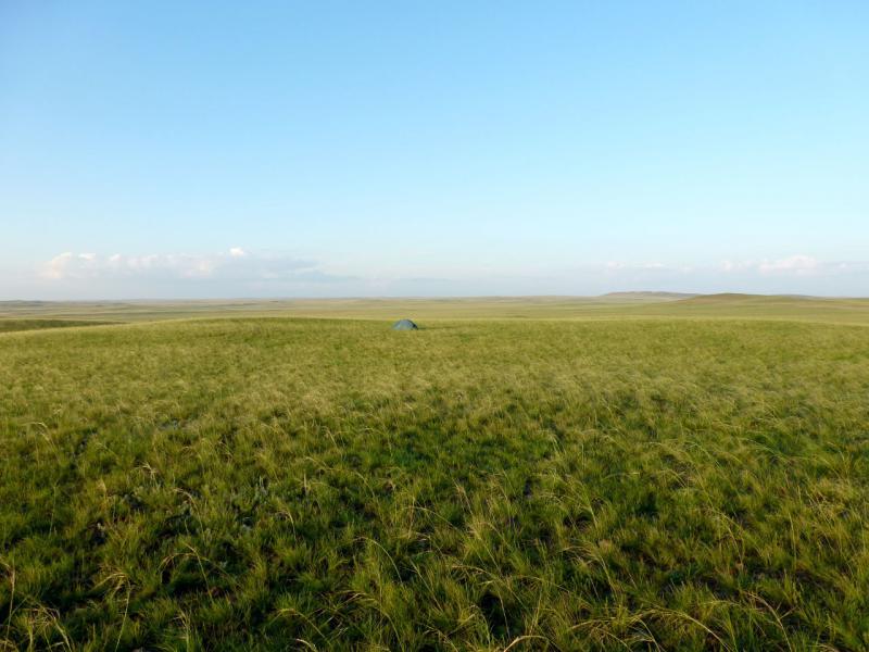 20160806. Вид на место стоянки на склоне сопки Балакескен ввиду солёного озера Кызылколь.