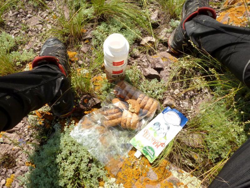 20160806. Мой традиционный велопоходный обеденный набор пищи: овсяные печенья и джем - запивается водой.