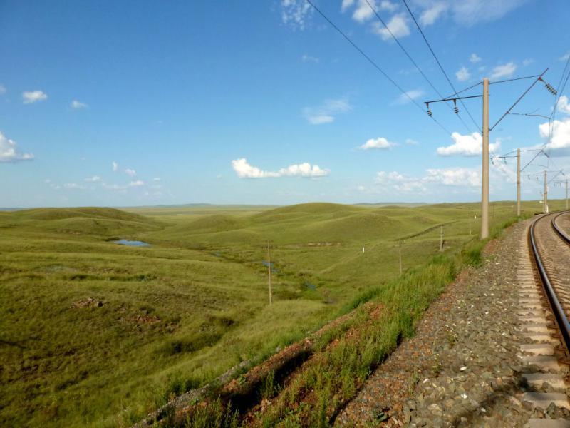20160806. Вид с насыпи железной дороги на одну из множества ложбин между холмами на востоке от гор Ерейментау.