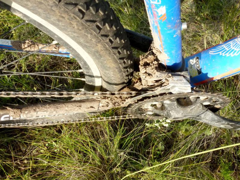 """Привычно забитый грязью передний переключатель передач велосипеда """"GT Avalanche Comp, 2015""""."""
