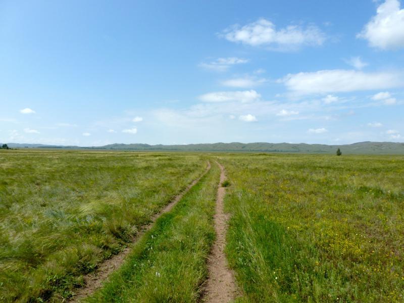 20160807. Грунтовая дорога посередине долины между массивами гор Ерейментау и Буйратау.