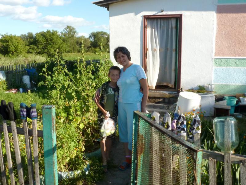 20160808. Жители села Ржищево (Акмолинская область), угостившие меня огурцами и свежевыпеченным хлебом.