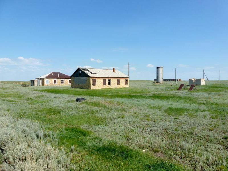 20160809. Брошенные дома мёртвого села Жолбасшы (Казахстан, Акмолинская область).