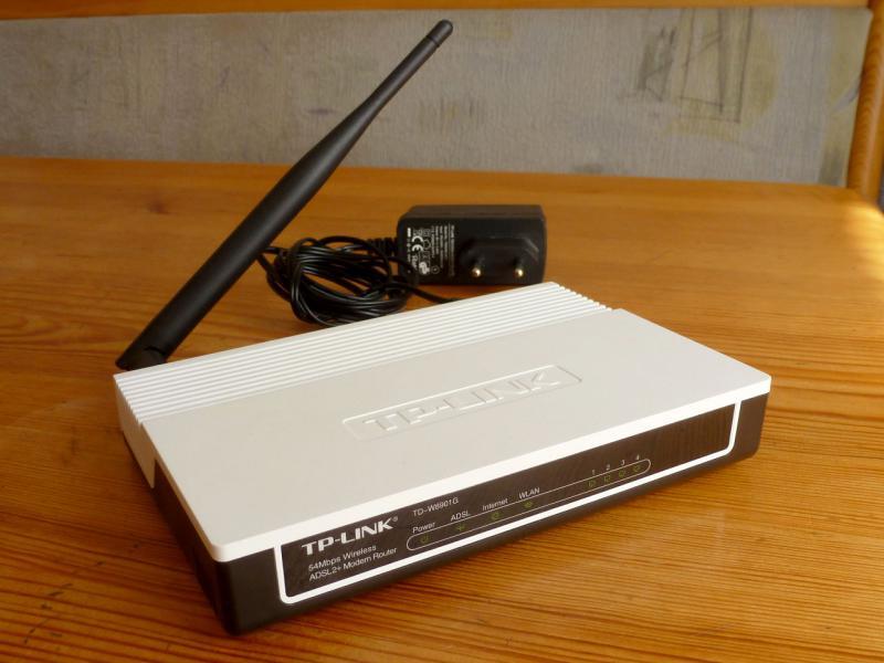 """ADSL-v2-модем """"TP-Link TD-W8901G"""" с WiFi-базой: вид спереди сверху."""