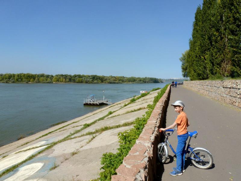 20160904. Артёмка на набережной реки Иртыш неподалеку от водно-спасательной станции.