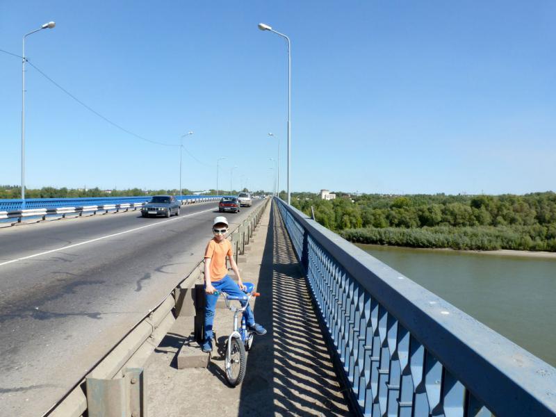 20160904. Артёмка на старом автомобильном мосту через реку Иртыш в Павлодаре.