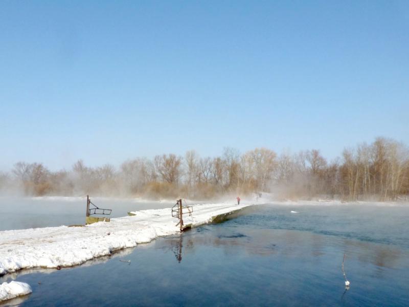 """20170129. Понтонный мост через протоку """"тёплое течение"""" у села Потанино."""