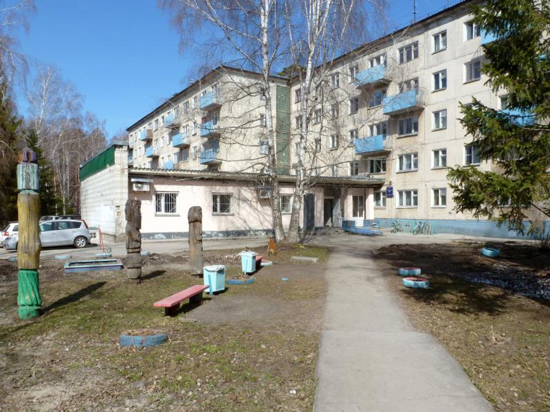 20170422. У одного из студенческих общежитий НГУ на улице Пирогова в Академгородке.
