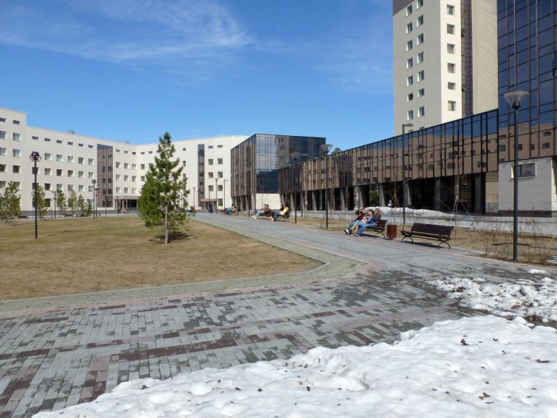 20170422. Во дворе нового главного корпуса НГУ, в новосибирском Академгородке.