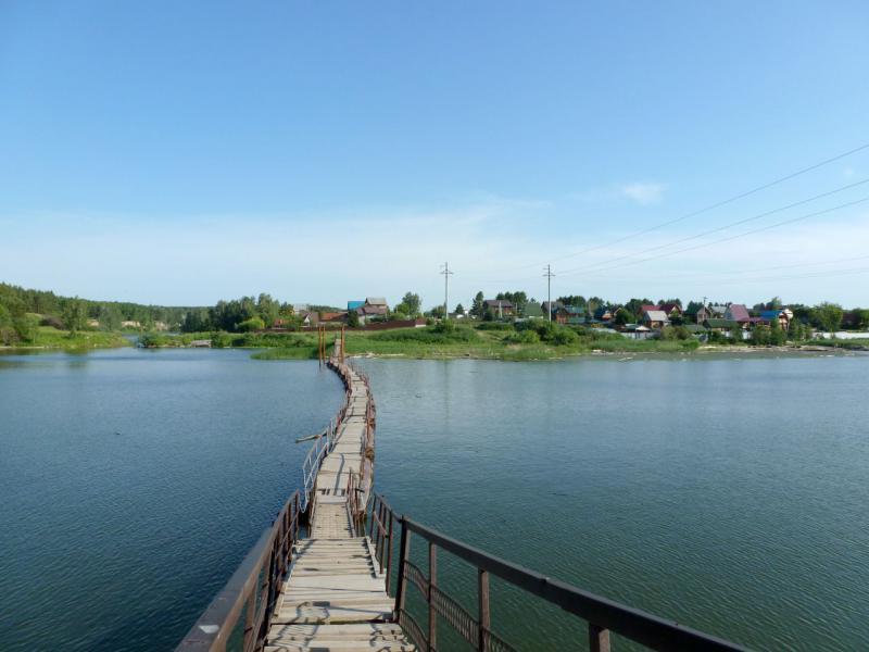 20170624. Пешеходный понтонный мостик через реку Раздельная, для перехода к дачному массиву на юго-западе Бердска.