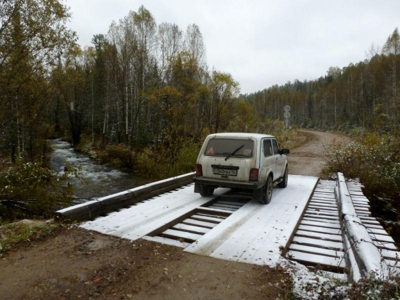 20170924. На бревенчатом мосту через горную речку Кизес.