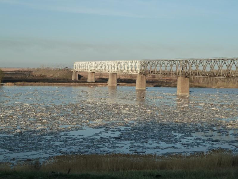 20110419. Ледяная шуга на реке, под железнодорожным мостом в Павлодаре.