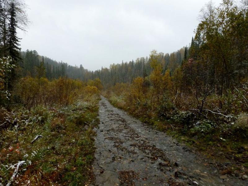 20170924. Типичный участок дороги от Ортона к Вершине Теи, колея залита водой от тающего только что выпавшего снега.