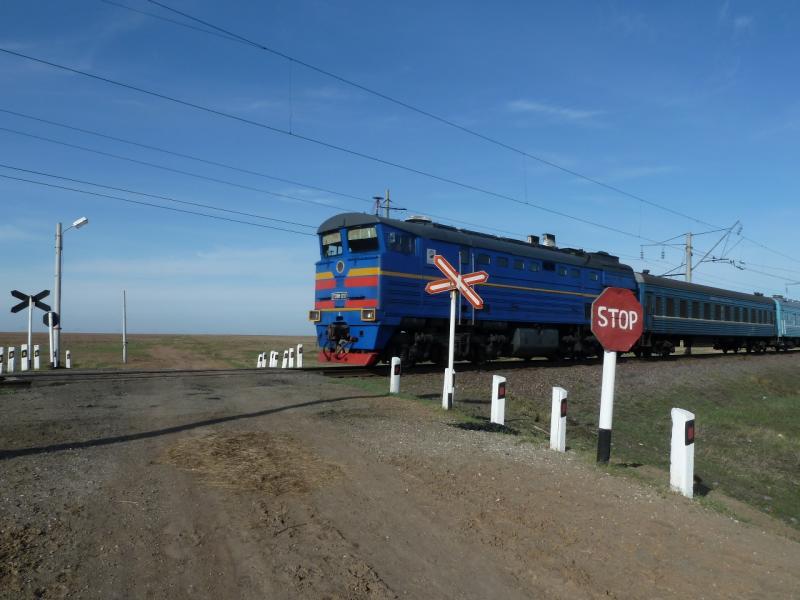 20110419. Поезд Павлодар-Алматы на перегоне у Аксу.