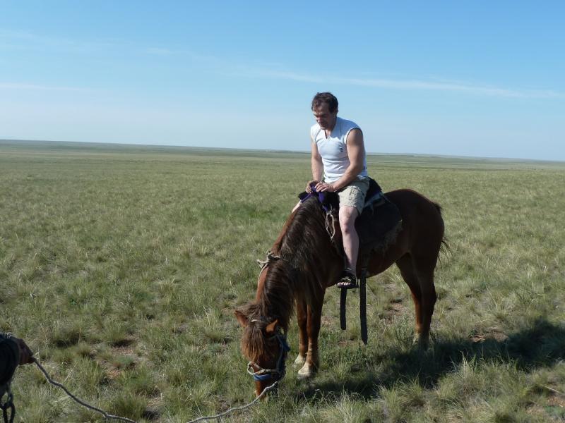 20110516. Заслуженный танкист удивляется, почему лошадь не едет.