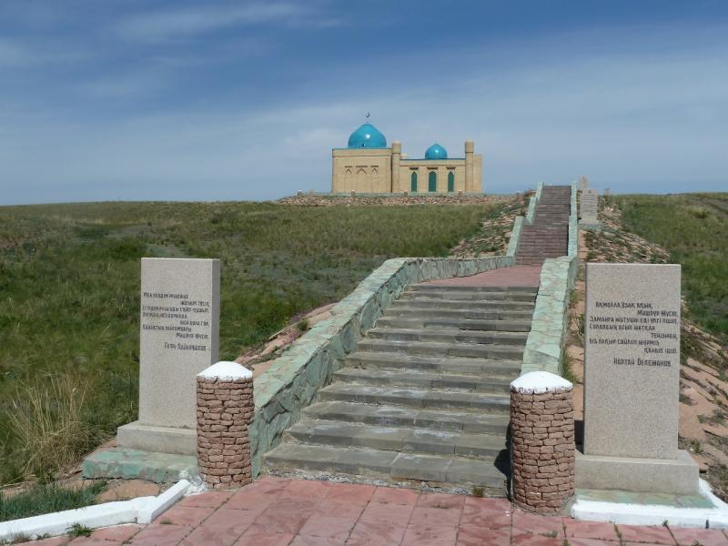 20110517. Подъём к мавзолею. Ступенек столько, сколько лет жизни Машхур-Жусупа.