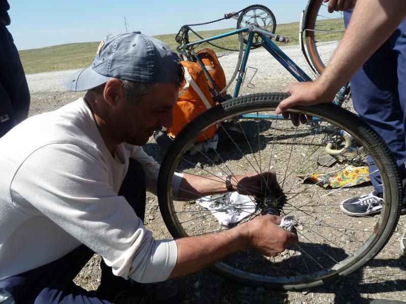 20110519. Задрался конус поджима насыпных подшипников во втулке заднего колеса.
