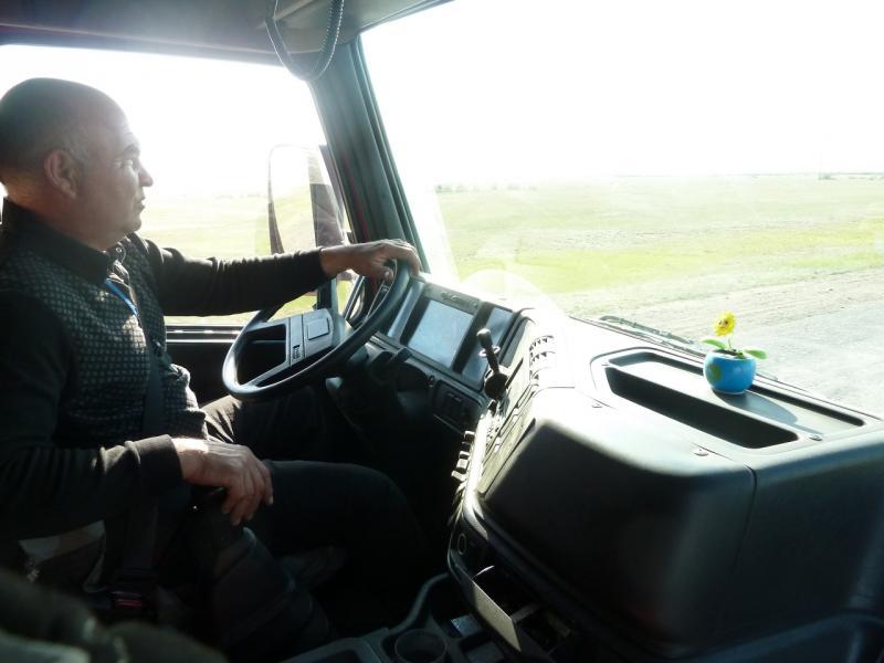 20110519. Пять минут и я расположился в кабине тягача Volvo.