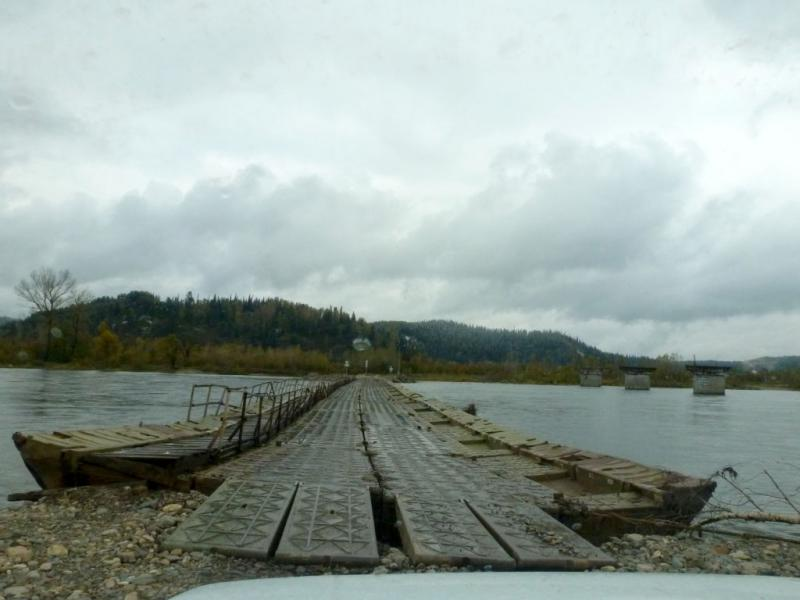 20170925. Въезд на понтонный мост через реку Томь, у села Майзас.
