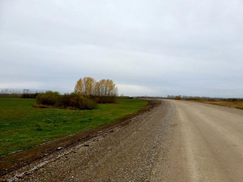 20170926. Грунтовая грейдерная дорога среди полей, от городка Мариинск к селу Тисуль.