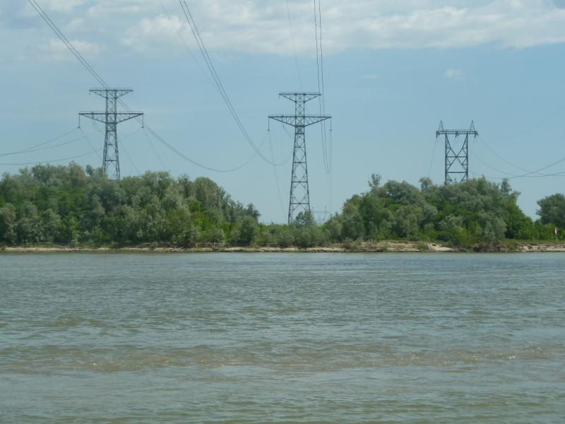 20110618. Так через реку переправляется ток.