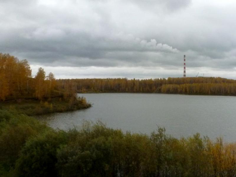 20170926. Вид на Берёзовское водохранилище с возвышающейся за ним трубой (высота 370 метров) одноимённой ГРЭС.