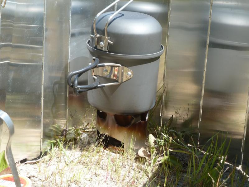20110501. Горелка на сухом горючем. Вид крупным планом.