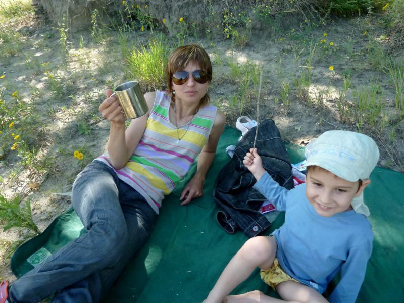 20110723. Семейное чаепитие, мамочка и сыночка на выгуле.